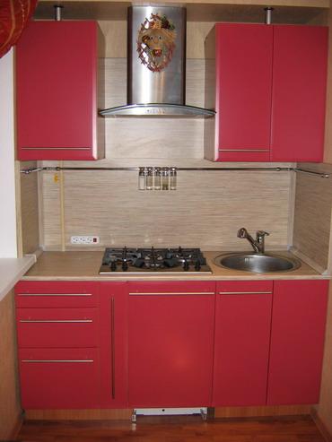 Красные кухни.